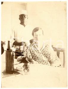 1930 ca CONGO BELGE Femme à sa table avec un serviteur *Photo 7x10 cm