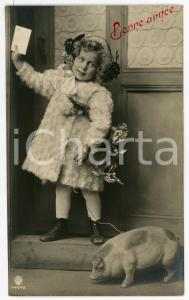 1910 ca BONNE ANNÉE Little girl with holly bouquet and pig on a leash *Postcard