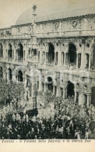1900 ca VICENZA Palazzo della Ragione e la storica Rua - Cartolina ANIMATA FP NV