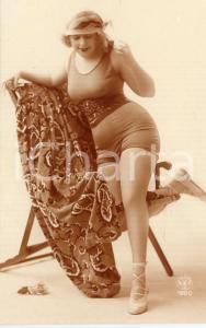 1920 ca BATHING BEAUTIES Woman posing on a sun lounger - Vintage postcard FP