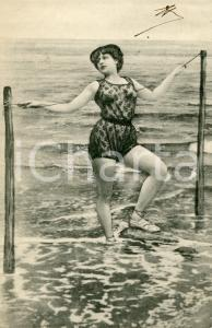 1904 BATHING BEAUTIES Woman posing with a rope - Vintage postcard FP VG