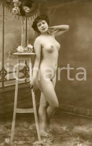 1910 ca VINTAGE EROTIC Nude woman posing close to a pedestal - RARE Postcard FP