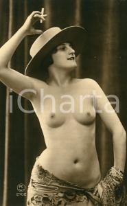 1910 ca VINTAGE EROTIC Half-naked woman with a hat and cigarette - RARE Postcard