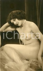 1910 ca VINTAGE EROTIC Half-naked woman with a long pearl necklace - Postcard