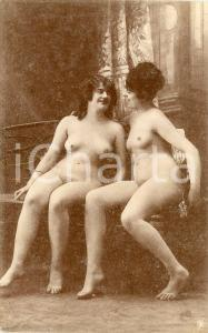 1910 ca VINTAGE EROTIC Two nude women chatting on a sofa - Postcard risque