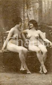 1910 ca VINTAGE EROTIC Two nude women chatting on a sofa - Postcard FP