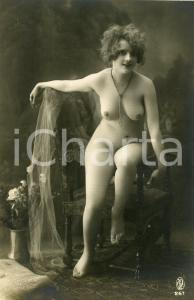 1910 ca VINTAGE EROTIC Nude woman with necklace on a chair - Postcard risque GP