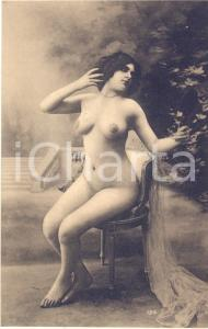 1910 ca VINTAGE EROTIC Full nude woman posing on a chair - Postcard risque FP
