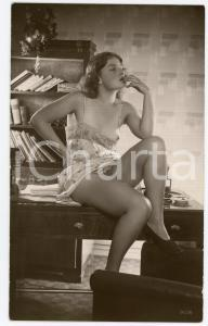 1945ca VINTAGE EROTIC Nude secretary smokes a cigarette - Postcard risque (1)