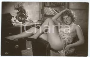1945ca VINTAGE EROTIC Nude secretary smokes a cigarette - Postcard risque (2)