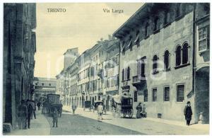 1909 TRENTO Via Larga - Cartolina postale ANIMATA carrozze