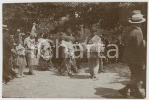 1920 ca CILE Sfilata di CARNEVALE con venditore ambulante *Foto vintage 8,5x6 cm