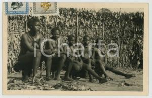 1951 CONGO BELGE Femmes assises dans un village - Photo ETHNIC TYPES RPPC