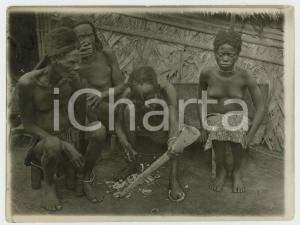 1920 ca CONGO BELGA Villaggio - Indigeno intaglia un corno - Foto 12x9 cm