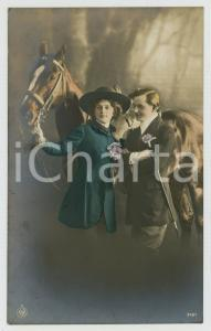 1920 ca COUPLE Romantic lovers and horse - Flowers and whip *Chromo old postcard