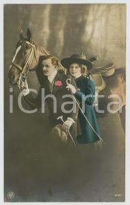 1921 COUPLE Romantic lovers and horse -Flowers and whip *Chromo antique postcard