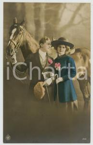 1920 ca COUPLE Romantic lovers and horse - Flowers - Chromo vintage postcard