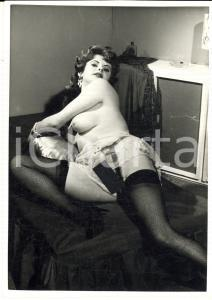 1960 ca VINTAGE EROTIC Woman on a bed - DAMAGED Photo topless risque 10x15 cm