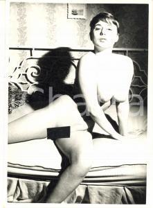 1960 ca VINTAGE EROTIC Nude woman on a bed (6) Photo risque 11x15 cm
