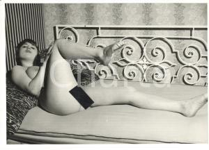 1960 ca VINTAGE EROTIC Nude woman on a bed (2) Photo risque 15x11 cm