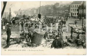 1910 ca BOULOGNE-SUR-MER (FRANCE) Le lavage du poisson - Carte postale ANIMEE