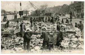 1910 ca BOULOGNE-SUR-MER (FRANCE) Le triage du poisson - Carte postale ANIMEE