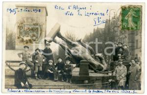 1918 METZ (FRANCE) Statue renversée de Frédéric III - Carte postale RPPC enfants
