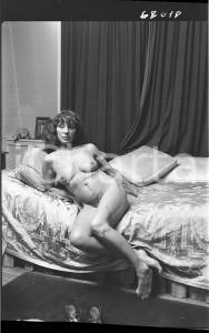 1965 ca VINTAGE EROTIC Mature women on a bed (1) NEGATIVE Raymond VAN DOREN