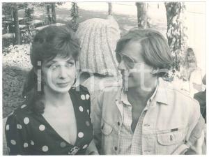 1970 ca ITALIA Gina LOLLOBRIGIDA in un parco - Foto 24x18 cm