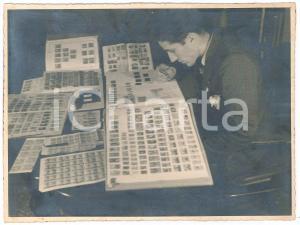 1940 ca s. l. ITALIA Un esperto di francobolli - Foto COSTUME 24x18 cm