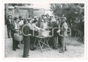 1945 ca ITALIA - COSTUMI - Pranzo all'aperto per operai (3) Foto VINTAGE 14x10