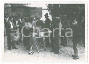 1945 ca ITALIA - COSTUMI - Pranzo all'aperto per operai (2) Foto VINTAGE 14x10