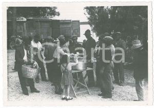 1945 ca ITALIA - COSTUMI - Pranzo all'aperto per operai (1) Foto VINTAGE 14x10