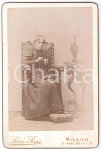 1895 ca MILANO Anziana donna dedita al cucito *Fotografia LEONE RICCI 11x17