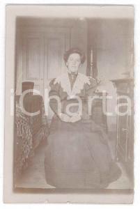 1900 ca. ITALIA - Ritratto femminile in camera - Fotografia anonima
