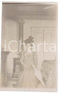 1900 ca. ITALIA - Ritratto di donna in camera con cappello *Fotografia anonima