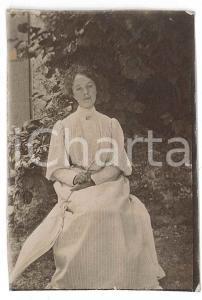 1900 ca. ITALIA - Ritratto di donna seduta in giardino *Fotografia anonima