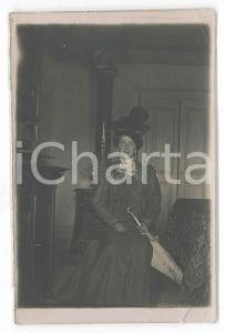 1900 ca. ITALIA - Ritratto di donna in camera con ombrello *Fotografia anonima