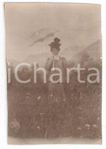 1900 ca. ITALIA Ritratto di donna in giardino con ombrellino *Fotografia anonima