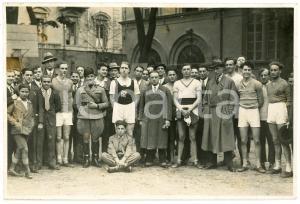 1940 ca ITALIA - FASCISMO - Gerarca e gruppo di giovani atleti - Foto 17x12 cm
