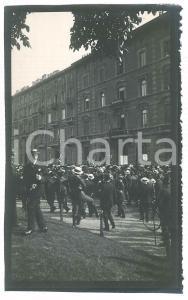 1910 ca MILANO Un affollato corteo - Fotografia VINTAGE 9x15 cm